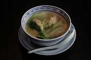A2 Sui Kao Thong Garnalenpasteitjes in een heldere kippenbouillon.
