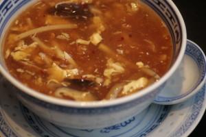 A3 Hot & Sour Thong Pittige en zure Szechuansoep met bamboe, wortel , kip, chinese champignons en ingelegde rettich