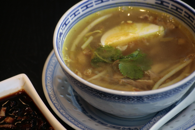 A5 Soto Madura Indonesische kippensoep met gesnipperde kip, glasvermicelli,