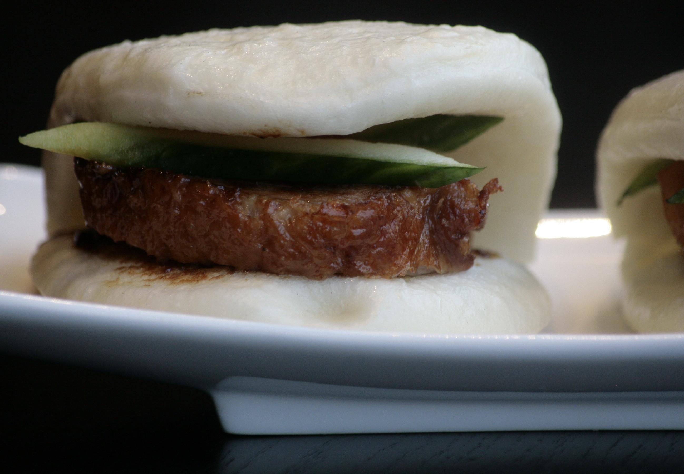 C1 Siu Ab Bao Geroosterde eend op een gestoomd Mandarijns broodje met komkommer en hoisin saus.