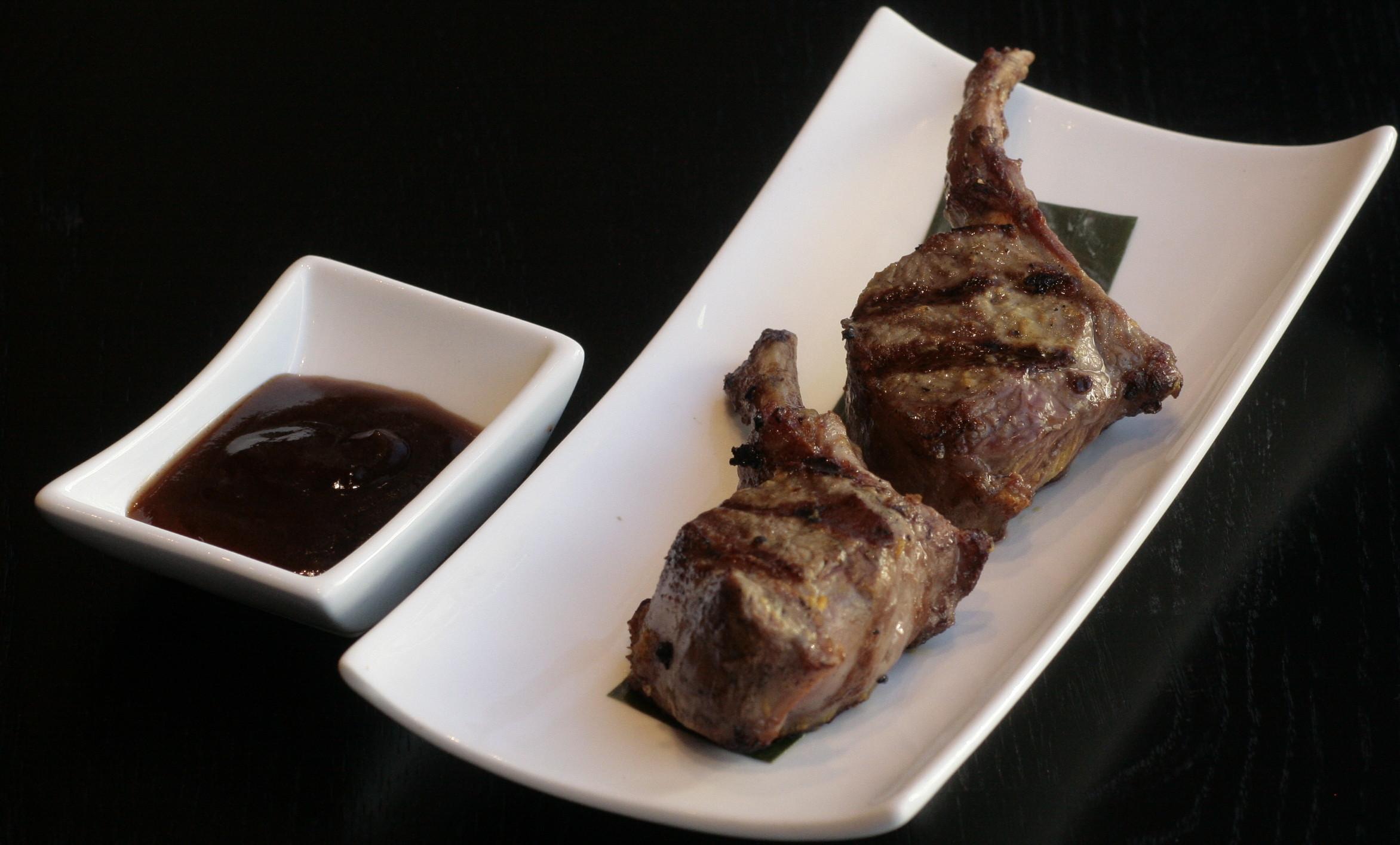 F5 Yang Pai Gegrilde lamskoteletten, geserveerd met soyasaus.