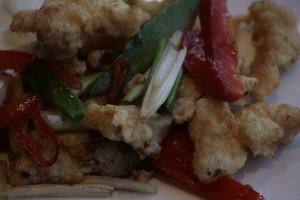 """G4 Jiaoyan Ji Gebakken kipfilet gesauteerd met uien, paprika, pepers en """"vijf specerijen""""."""
