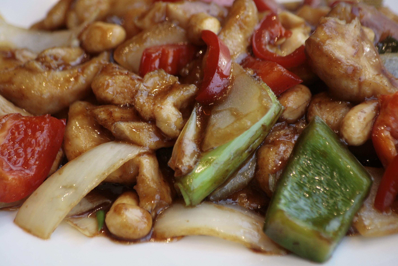 G5 Kong Pao Ji Kip in sojapastasaus, Szechuanpepers, paprika, bamboe en pinda's.