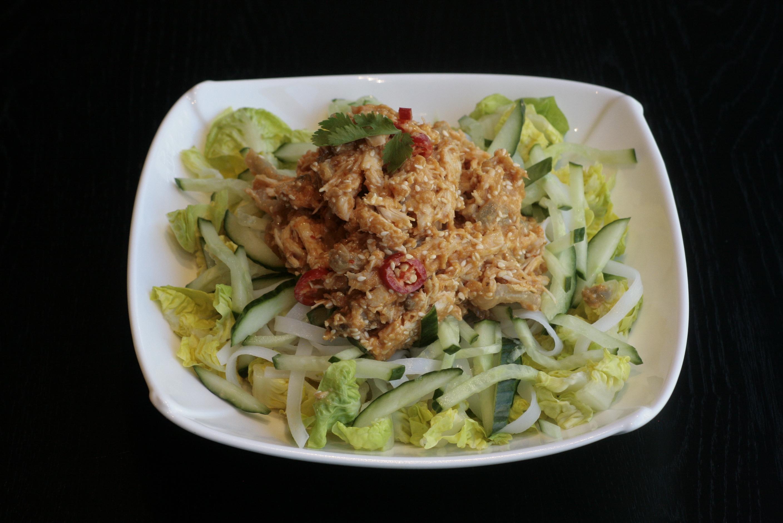 I1 Bang Bang Ji Maaltijdsalade van kip, rijstvermicelli, komkommer, ingelegde rettich, wortel, baby gem en pittige sesamdressing.