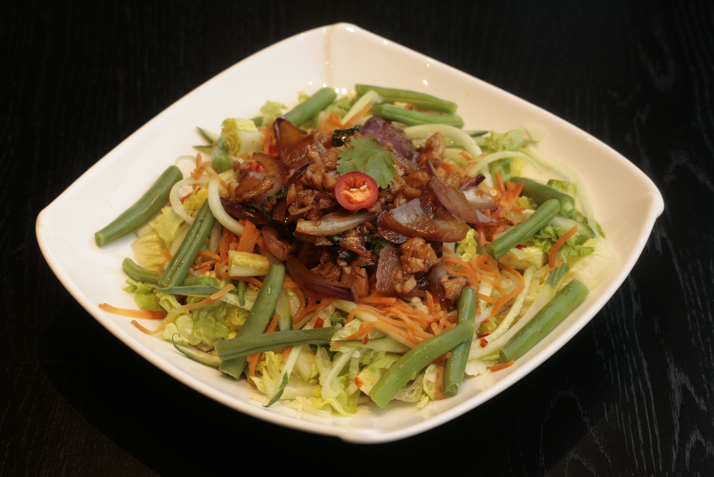 I2 Lap Kai Maaltijdsalade van kip, Thaise basilicum, uien, baby gem, komkommer, sperziebonen, cherrytomaten, limoen, vissaus, peper en koriander.
