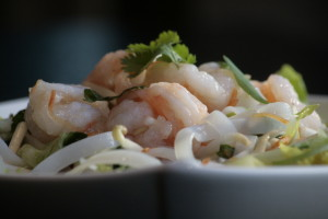 I5 Xa Lach Tom Su Maaltijdsalade van garnalen, rijstvermicelli, wortel, komkommer, lenteuien, taugé, baby gem, munt, limoen, vissaus en knoflook.