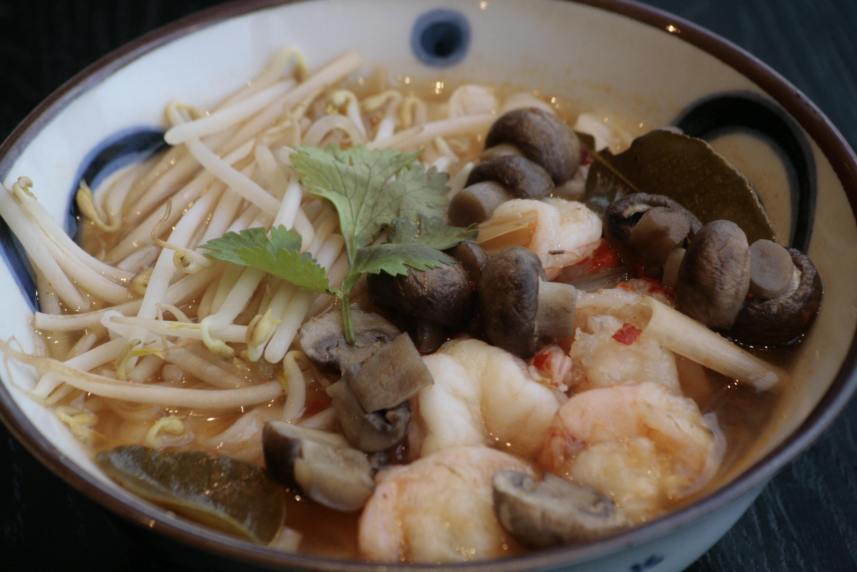 J1 Kwai Tiou Kung Pikante Thaise rijstvermicellioep met garalen, champignons en limoenbladeren.