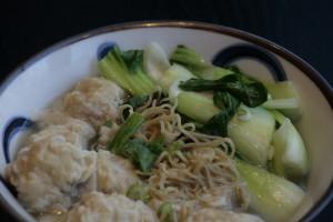J2 Wan Ton Thong Min Bamisoep met varkensvleespasteitjes, groenten en kippenbouillon.