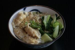 J3 Siu Kao Thong Min Bamisoep met garnalenpasteitjes, groenten en kippenbouillon.