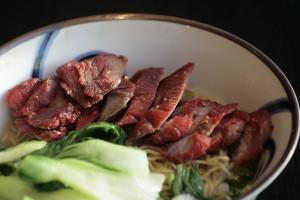 J4 Cha Siu Thong Min Bamisoep met Kantonees geroosterd varkensvlees, groenten en kippenbouillon.