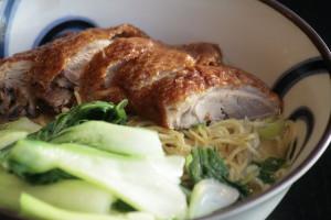 J5 Siu Ab Thong Min Bamisoep met geroosterde eend, groenten en kippenbouillon.