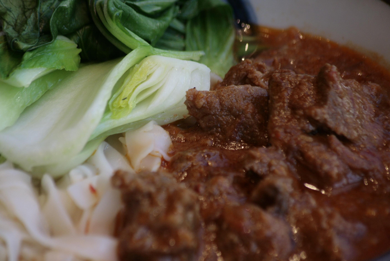 J6 Curry Noodle Soup Rijstvermicellisoep met ons stoofvlees van de dag en groenten.