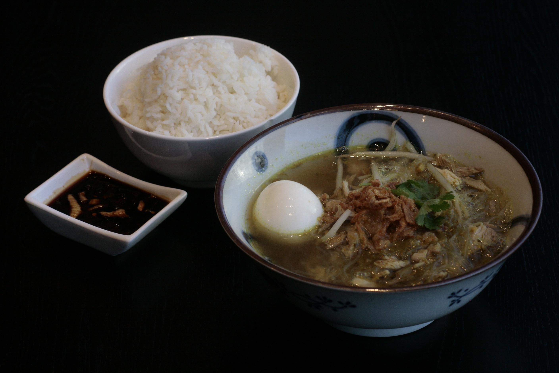 J7 Soto Madura Glasvermicellisoep met gesnipperde kip, taugé, bladselderij en witte rijst.