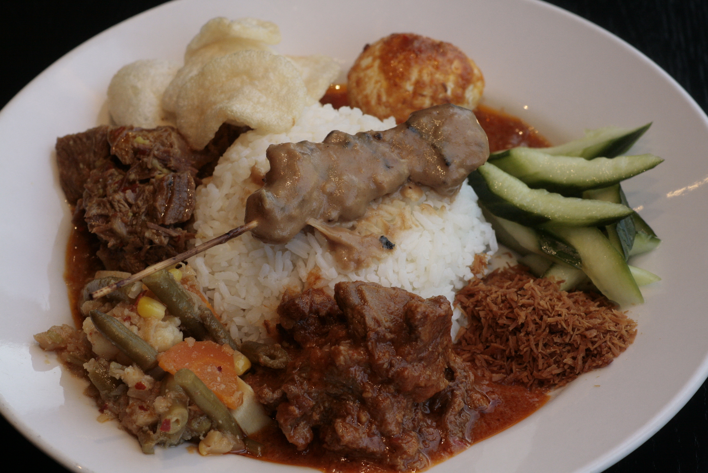 K1 Rames Een selectie van Indonesische gerechten met witte rijst, gebakken rijst, bami of bihun naar keuze,