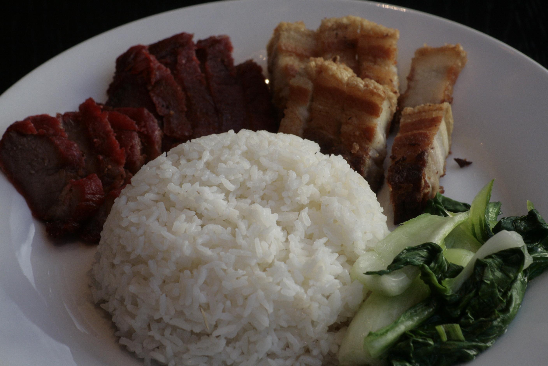 K2 Siu Yeh Kantonees geroosterd varkensvlees, krokant buikspek en groenten, met witte rijst, gebakken rijst, bami of bihun naar keuze,