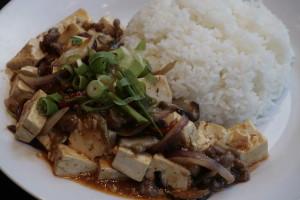 K3 Ma Pho Doufu Tofu en rundergehakt in een saus van pitige sojapaste met Szechianpepers met witte rijst, gebakken rijst, bami of bihun naar keuze,