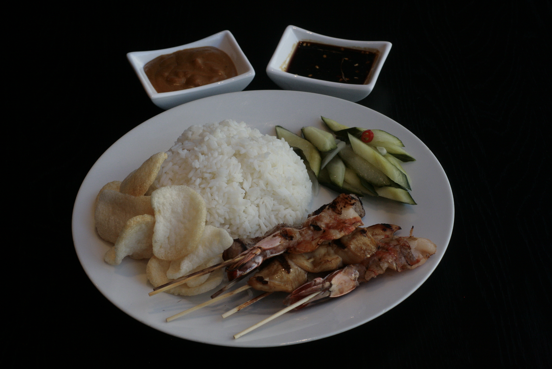 K5 Sate Platter Saté Ajam (2), Saté Babi (2) en Saté Udang (2) met Acar Ketimun, Kerupuk Udang, pindasaus en pittige ketjapsaus met witte rijst, gebakken rijst, bami of bihun naar keuze,