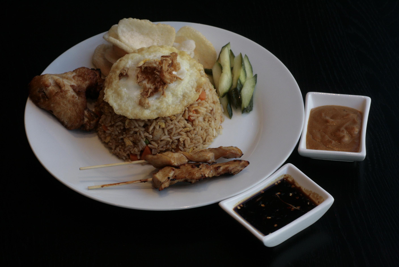 K6 Djawa Plate (Nasi Goreng) Javaans gebakken nasi met Saté Ajam (2), Mama's gebakken kip, spiegelei, Acar Ketimun en Kerupuk Udang.